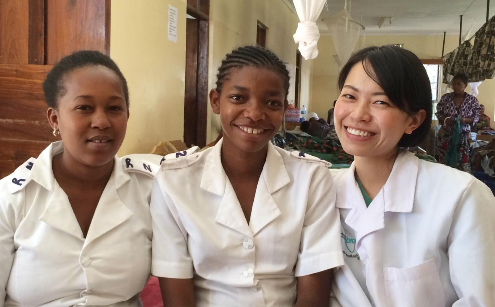 日本人助産師インターンとタンザニアの助産師たち